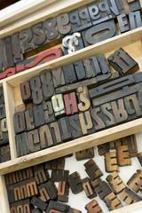 Schubladen voller Holzbuchstaben