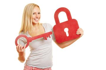 Frau hält Schlüssel und Schloss