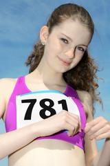 Teen befestigt Startnummer für Wettkampf