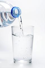 Vertiendo agua en un vaso