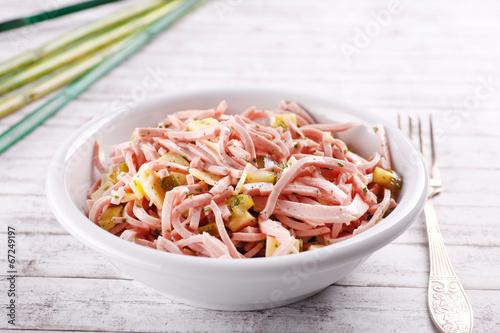 Plexiglas Snack Wurstsalat am dekorierten Tisch