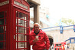 canvas print picture - Mann in London vor eine Telefonzelle