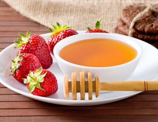 Strawberries, honey and cookies