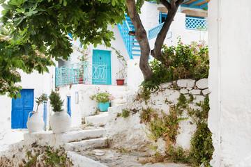 Griechenland: typische Hausfassade in Blau und Weiß