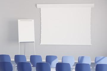 Leere weiße Leinwand in Seminarraum