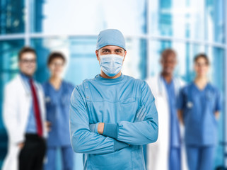 Surgeon in front of a group of doctors