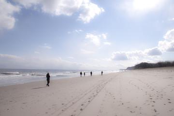 Menschen am Ostseestrand