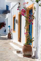 Spaziergang durch eine kleine griechische Gasse