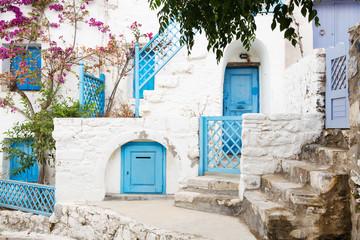 Typisch griechischer Baustil auf den Kykladen mit blauen Türen.