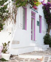 Typisch griechische Hausfassade - bunt in rosarot.