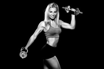 woman lifting dumbbells