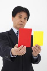 カードを選ぶ男性