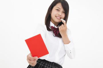 レッドカードを出す高校生