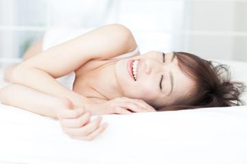 ベッドに横になる女性