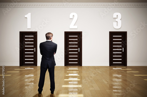 Geschäftsmann muss wählen