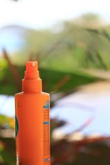 Crème solaire au bord de l'eau