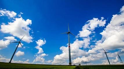 Timelap - Windräder vor blauem Himmel