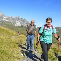 fröhliche Senioren beim Bergwandern