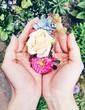 Hände halten Blumen