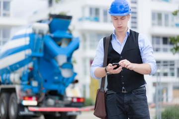Junger Ingenieur auf Baustelle