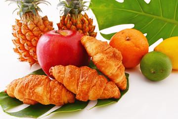 新鮮な果物とパン