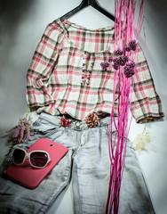 Sommerliches Outfit mit tablet und Sonnenbrille