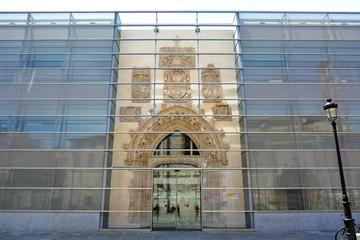 edificio restaurado con fachada de cristal en burgos