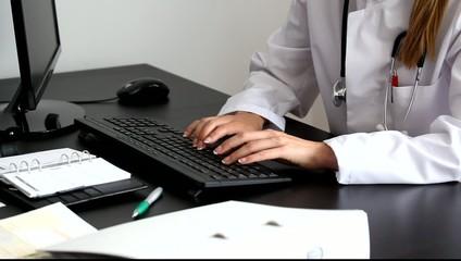 Ärztin tippt Tastatur