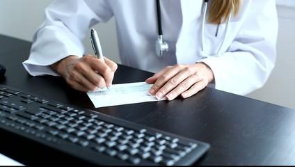 Ärztin unterschreibt Rezept