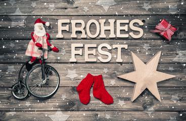 Frohes Fest: Weihnachtskarte in Rot mit Santa auf Holz