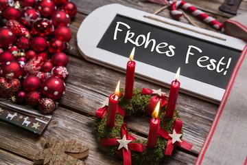 Frohes Fest: Weihnachten Dekoration mit vier Kerzen in Rot