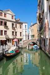 Gondel in een kanaal in Venetië