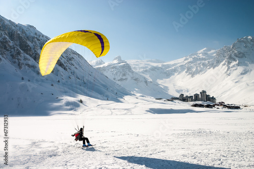Foto op Plexiglas Luchtsport Paraglider landing on skis in Tignes, French Alps