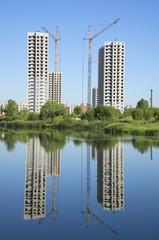 Два строящихся жилых дома на берегу озера
