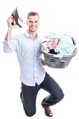 Erfolgreicher Hausmann mit Bügeleisen und Wäsche