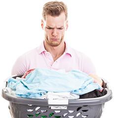 Junger Mann unzufrieden mit Hausarbeit