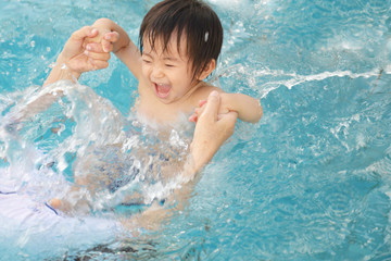 プールで遊ぶ笑顔の男の子
