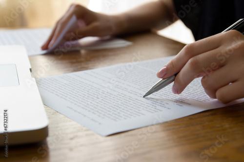 Leinwanddruck Bild Hand with Pen Proofreading