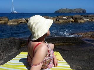 Ragazza Sdraita a guardare il mare