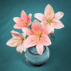 Lilien in einer Glasvase