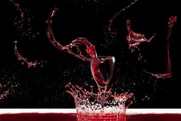 corona e giochi di schizzi di vino rosso  su sfondo nero