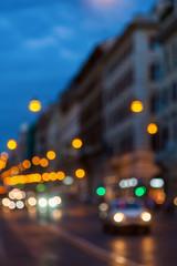 defokussierte Szene im nächtlichen Straßenverkehr