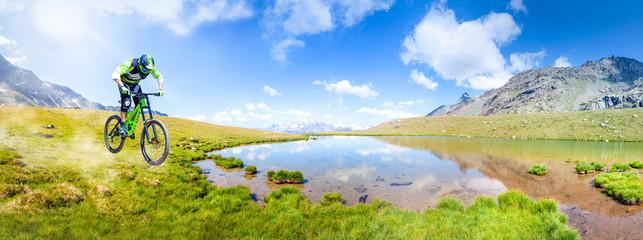 discesa in alta montagna con laghetto