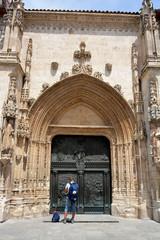 turista contemplando la fachada de la iglesia de san lesmes