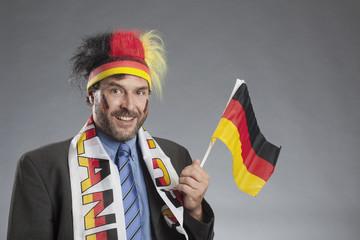 Geschäftsmann als Deutschland Fan mit Fahne