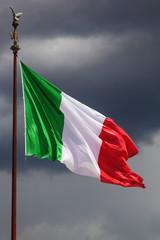 italienische Flagge vor düsterem Wolkenhimmel