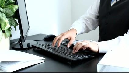 Geschäftsmann tippt auf Tastatur