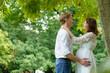 Junges Ehepaar freut sich auf ihr Baby