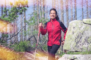 Frau beim Sport in den Bergen