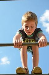 Kindheit - Junge klettert